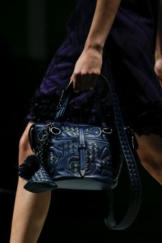 The complete Bottega Veneta Fall 2018 Ready-to-Wear fashion show now on Vogue Runway. Women's Runway Fashion, Fashion Bags, Women's Fashion, Luxury Bags, Luxury Handbags, Best Designer Bags, Casual Bags, Beautiful Bags, My Bags