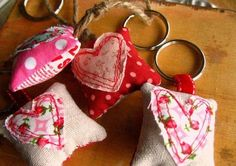 DIY Valentine's Day Key Chain But could use tutorial for any type of shapes - good use for fabric scraps Diy St Valentin, Cadeau St Valentin, Valentines Bricolage, Valentine Crafts, Valentine Day Gifts, Potpourri, Key To My Heart, Valentine's Day Diy, Fabric Scraps