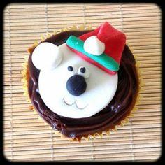 Cupcake Ursinho Natalino   Cupcake Ursinho Natalino, cobertura de chocolate e pasta americana. Sabor do recheio e da massa do bolo de sua preferência.