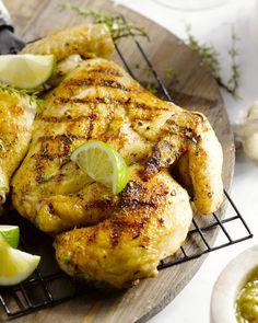 Een originele manier om een volledige kip op de barbecue te leggen, is door hem helemaal open te snijden (je kan dit aan de beenhouwer vragen).