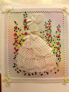 Une robe brodée. Pergamano, Parchment Craft, Dentelle de papier. Dresses.  https://www.avecpassion.fr/29-pergamano-parchment-craft-dentelle-papier-parchemin