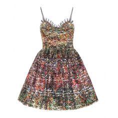 Das Runway-Kleid von Saint Laurent ist ein Statement-Piece par excellence, das die Blicke auf sich zieht. Die Liaison aus bunter Metallic-Spitze und den mit Kristallen verzierten Spaghettiträgern wirkt verspielt und glamourös zugleich. Abgerundet wird der feminine Look vom voluminösen Rock und dem charmanten, mit Tüll akzentuierten Herz-Ausschnitt. Stark zu Ankleboots und Lederjacke für die labeltypische Rock-'n'-Roll-Ästhetik!