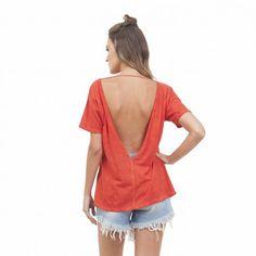 Com seu decote nas costas e acabamento tinturado, que deixa a peça com um ar mais pesadinho, a tee fica incrível para usar com tops ou sem. Misture ela com peças mais básicas para um look mais básico, ou com uma saia de cintura alta para arrasar no look noite <3 #moda #modafeminina #modacasual #regata #lookbasico #camisetabasica