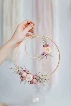Beautiful Wall piece DIY from an embroidery hoop with dried flowers. Beautiful Wall piece DIY from an embroidery hoop with dried flowers. Deco Floral, Arte Floral, Floral Wedding Decorations, Flower Decorations, Fake Flowers Decor, Fake Wedding Flowers, Spring Decorations, Decoration Crafts, Flower Garlands