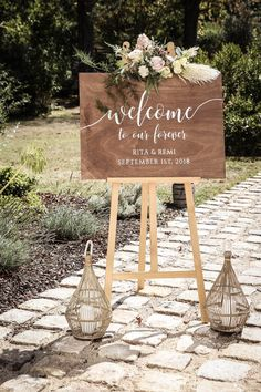 wedding welcome table decorations Winter Wedding Decorations, Baby Shower Decorations, Flower Decorations, Table Decorations, Romantic Flowers, Wedding Flowers, Wedding Dresses, Diy Wedding Welcome Sign, Chalkboard Wedding