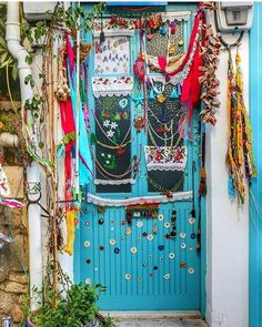 Door decor........... GreenLiving #OffTheGrid #Vintage #DIY #DontThrowAway #Discarded #Handmade #Craft #Recycle #Repurpose #ReUse #UPcycle #Art #Sculpture #BohemianSpirit Bohemian Tapestry, Bohemian Living, Portal, Entrance Doors, Doorway, Home Interior, Interior Decorating, Style Deco, Happy Hippie