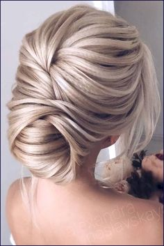 Wedding Hairstyles For Long Hair Trendy prom hairstyles for long hair can fit any lady's taste and the desirable look. Our collection of hairstyles offers it all: they are romantic, elegant, intricate and, most importantly, super-amazing. Hairdo For Long Hair, Prom Hairstyles For Long Hair, Long Wavy Hair, Homecoming Hairstyles, Easy Hairstyles, Flapper Hairstyles, Hairstyles 2018, Woman Hairstyles, Textured Hairstyles