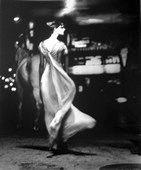 Lillian Bassman was een van de eerste modefotografen die haar beelden zo abstraheerde dat ze hun illustratieve karakter overstegen.