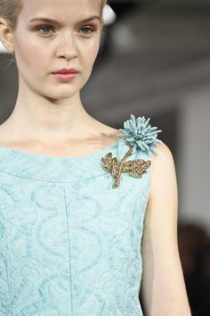 Pretty pastels and a lot of gorgeous accessories - Oscar de la Renta, Spring 2013 RTW. Couture Details, Fashion Details, Look Fashion, Embroidery Dress, Beaded Embroidery, Vintage Brooches, Vintage Jewelry, Do It Yourself Fashion, Beaded Brooch