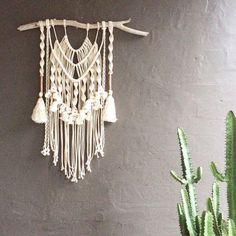 マクラメ編みを知ったのは、観葉植物のプランターをハンギングしようと思いついたときに出会いました。古典的な結び目の芸術作品で、繊細で美しい姿に心が惹かれる人も多いはず。そんなマクラメ編みの基本の編み方をご紹介いたします。そして、さまざまなアイデア作品もお届けしたいと思います♪