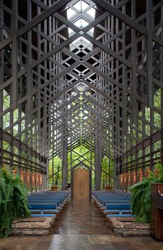 Construído na 1980 na , Estados Unidos. . Escondida no meio das florestas que cercam as Montanhas Ozark no estado americano de Arkansas, a capela Thorncrown descansa entre os carvalhos, os...