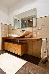 My bathroom ... elegante ma un pochino scomodo il lavello ...