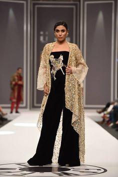 "Nida Azwer Showcased Latest Bridal Collection ""Alankara"" At Fashion Pakistan Week Winter Festive 2016 Nida Azwer had brightened the ramp of Pakistani Fashion Party Wear, Pakistani Bridal Dresses, Nida Azwer, Gold Lehenga, Fancy Dress Design, Boutique Suits, Lakme Fashion Week, Bridal Collection, Designer Dresses"