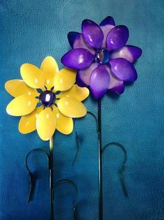 These 14 DIY Plastic Spoon Recycling Ideas are simple and easy to do. Save your old plastic spoons and use these DIY craft ideas to breathe Life Into Old Spoons. Plastic Spoon Crafts, Plastic Silverware, Silverware Art, Plastic Spoons, Plastic Art, Plastic Beads, Plastic Canvas, Flower Crafts, Diy Flowers