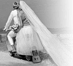 Sposi in vespa - Sposi felici per il biglietto dell'anniversario