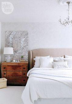 El final apenado de lo masculino tocador (utilizado como una mesita de noche) motivos los tonos suaves y texturas de la cabecera de lino en el dormitorio principal . Un acrílico araña siente exclusivo y elegante.