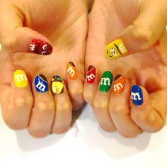 . new nail ずっとやってみてかったM&Msのネイル . . 袋と飛び出てるチョコとMの文字は3Dにしてもらった! 手元見るとテンション上がる!!! . . #new#nail#nailstagram#nailart#m&m#sweets#harajuku#favorite#instagood#instagram#follow#ネイル#カラフル#エムアンドエムズ#ジェルネイル#派手#お菓子#チョコ#原宿#ポップ#アメリカン#キャラクター#お気に入り