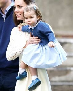 Charlotte's face when she didn't want to stay in her mothers arms but wanted to discover the Children's party ❤ #weadmirekatemiddleton #lifeofaduchess #duchessofcambridge #weadmireprincesscharlotte #weloveyoulittlegirl