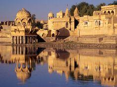 Índia  Mochilar na Índia é fácil e barato onde uma rúpia equivale cerca de US$ 0,02. Aproveite a moeda barata e separe pelos menos 30 dias para conhecer cada cantinho desse país cheio de encantos culturais e conhecimentos milenares.
