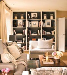 Gana profundidad  Si pintas la trasera de la librería de un color más oscuro, parece que la pared se aleja y ganas profundidad.