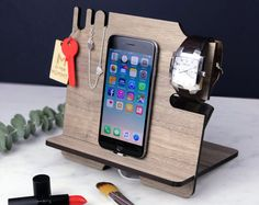 Docking Station - iPhone Stand and Organizer - Wooden Walnut Mobile Phone Night Stand - Cadeau de Noel pour elle, maman, petite amie, bureau Gifts For Husband, Gifts For Him, Iphone Stand, Vide Poche, Christmas Gifts For Men, Etsy Christmas, Smartphone, Design Blog, Samsung