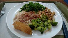 All vegan meal: arroz integral, feijão carioca, couve refogada, salada de grão de bico, brócolis e banana frita.