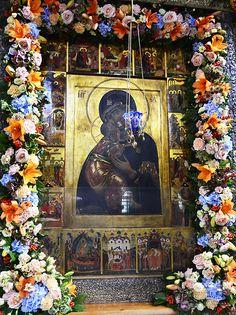Church Flowers, Blessed Mother, Kirchen, Altar, Jesus Christ, Floral Arrangements, Catholic, My Favorite Things, Artist