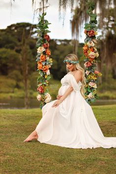 Creative Photography Poses, Maternity Photography Outdoors, Girl Maternity Pictures, Studio Maternity Shoot, Couple Pregnancy Photoshoot, Creative Photoshoot Ideas, Poses Photo, Fashion Drawing Dresses, Pregnant Halloween