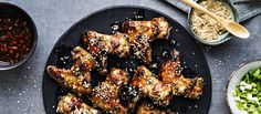 Inkivääri-hunajamarinoituihin kana saa ihanan tahmean paistopinnan, kun niitä valelee paiston aikana jäljelle jääneellä marinadilla. N. 2,10€/annos*.
