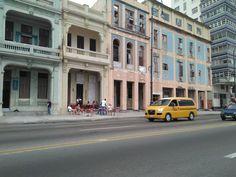 El Malecón es un evocador paseo marítimo peatonal construido en diferentes etapas entre 1901 y 1954, que se extiende a lo largo de 8 kilómetros desde el Castillo de la Punta en La Habana Vieja hasta el Río Almendares en El Vedado.  Ningún viaje a La Habana está completo sin un paseo por El Malecón. Es una de las avenidas más auténticas de la ciudad y el punto de encuentro al aire libre de miles de habaneros. Un gran teatro al aire libre donde los vecinos acuden a saludarse, debatir o tomar…