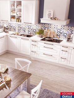 In der Landhausküche Norina 7706 haben Sie genug Platz, um alleine, zu zweit oder mit der ganzen Familie Ihre Koch- und Backträume zu entfalten. Gleichzeitig macht diese Einbauküche in ihrem zeitlos-schönen, weißen Komplett-Look auch optisch sehr viel her! Klicken Sie für mehr Informationen.