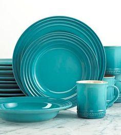 Le Creuset 16 Piece Dinnerware Set in Caribbean Cocotte Le Creuset, Le Creuset Cookware, Casual Dinnerware, Dinnerware Sets, Kitchen Items, Kitchen Decor, Cooler Stil, Azul Tiffany, Dish Sets