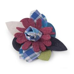 SPILLA PATCHWORK BLU  -  Spilla in lana cotta e tessuto tartan. Diam: 9 cm.
