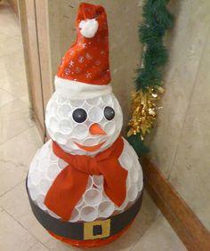 Muñeco de nieve con vasos de plástico