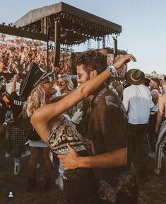 Couple goals at Coachella Coachella, Relationship Goals Pictures, Cute Relationships, Cute Couples Goals, Couple Goals, Karaoke, Festivals, Country Music Concerts, Fotos Goals