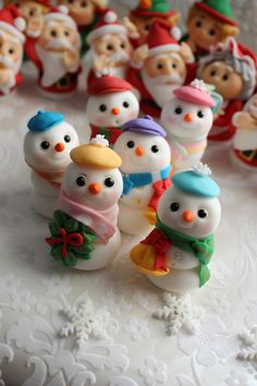 Christmas Fondant Cupcake Toppers by mimicafe Union http://mimicafeunion.blogspot.com