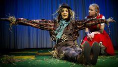Maaseudulla asustava Dorothy-tyttö joutuu Toto-koiransa kanssa pyörremyrskyn kieputettavaksi ja päätyy Ozin ihmeelliseen maahan. Päästäkseen takaisin kotiinsa Kansasiin hänen on seurattava keltatiilistä tietä Smaragdikaupunkiin, mahtavan velho Ozin luo. Esitykset 11.5.- 8.8.2015 Tampereen Komediateatterin päänäyttämöllä