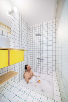 In this small apartment renovation in Madrid, Spain, Elii Architects have managed to deliver big things in a tiny, home. Bathroom Interior Design, Home Interior, Interior Design Living Room, Interior Modern, Quirky Home Decor, Cheap Home Decor, Cheap Bathrooms, Small Bathroom, Luxury Bathrooms