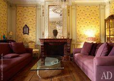 Главная (большая) гостиная. Стены и стул обиты тканью смотивами шинуазри, Charles Burger. Журнальный столик сделан из обломка итальянского ренессансного портала. На камине антикварная скульптура изКамбоджи.