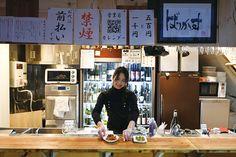 立ち飲み居酒屋ってちょっと入りにくい…。なんてイメージを持っている女性も多いはず。近年、そんなイメージを塗り替えてくれる「スタイリッシュ立ち飲み屋」が増えているんです!ごはんもお酒も美味しい注目の3軒をご紹介します。 Open Kitchen Restaurant, Ramen Shop, Japanese Food, Cooking Recipes, Inspiration, Condo, Dreams, Store, Restaurants