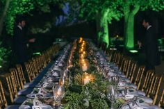 """""""Cenamos debajo de la arboleda que hay en el jardín de la casa, apagamos toda la iluminación que ellos suelen usar y re-iluminamos todos los arboles del jardín en verde, cenamos solo con la luz de los arboles y las velas. Nosotros cenamos una mesa presidencial de para 50 personas con nuestros amigos""""."""
