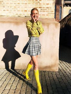 The Master of Bright Colors: Emili Sindlev — Who What Wear Looks Street Style, Poses For Pictures, Picture Poses, Estilo Fashion, Cool Style, My Style, How To Pose, Mode Vintage, Mellow Yellow