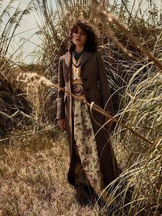 Steffy Argelich poses in fields of gold on the September 2016 cover of TELVA Magazine. Photographed by Tomás de la Fuente, the Spanish model wears a Prada… Outdoor Fashion Photography, Fashion Photography Inspiration, Photoshoot Inspiration, Editorial Photography, Fashion Poses, Fashion Shoot, Editorial Fashion, Boho Fashion, Vintage Fashion