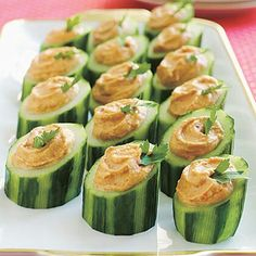 Red Pepper Hummus In Cucumber Cups Vegan. on smaller slices. Squirt bag with hummus. Healthy Snacks, Healthy Eating, Healthy Recipes, Fun Cooking, Cooking Recipes, Cucumber Cups, Cucumber Bites, Red Pepper Hummus, Fingerfood Party