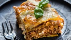 Lasagna with pesto. Portion of lasagna with pesto on the plate , Lasagna Bolognese, Skillet Lasagna, Pesto Lasagna, Italian Lasagna, Lasagna Recept, Paella, Ricotta, How To Make Crisps, Homemade Lasagna