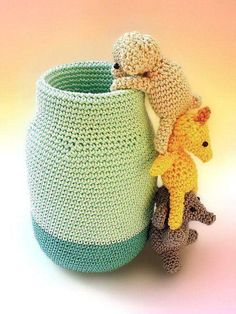 This adorable crochet pen holder would add a funny touch to your desk organization.It's made with a mason jar, covered with a crocheted jar cozy and three little amigurumi animals: an elephant who supports a giraffe, who helps a pig to take a look. Crochet Home, Crochet Gifts, Cute Crochet, Crochet Dolls, Crochet Baby, Learn Crochet, Amigurumi Patterns, Crochet Patterns, Cute Desk Organization