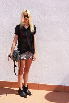 Blusa/Bluse: Blanco  Shorts: H & M  Bolso/Bag: Topshop  Botines/Boots: Topshop
