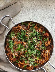 """""""Kimchinuudelit ovat kerrassaan koukuttavaa syötävää. Jos pidät korealaisesta makumaailmasta ja tuhdista chilin poltteesta, tämä ruoka on sinulle!""""  (Vegeviettelys) #rasilainen #rasilaisenhapankaali #hapankaali #hapis #hapiskimchi #kimchi"""