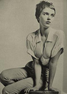 Jean Seberg (13 de noviembre de 1938 - 8 de septiembre de 1979) fue una actriz estadounidense. Recordada por su participación en las películas Juana de Arco (1957), Buenos días tristeza (1958), Al final de la escapada (1960) y Lilith (1964), es un icono de la nouvelle vague francesa.