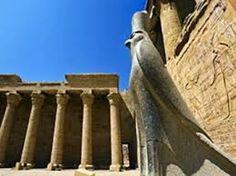 La estatua de granito negro de Horus,  la estatua del dios Horus en el templo de Edfu #visita_del_templo_de_edfu #excursiones_desde_luxor #visitas_y_excursiones_desde_luxor_tours-en_Egipto